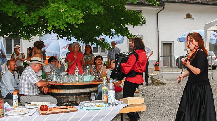 Geigenspielerin mit einem Akkordeonspieler auf einem Geburtstag in Bad Zurzach, Schweiz